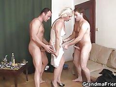 Seks u troje jebeno seksi baka