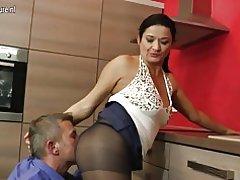 Hot kućanica u kuhinji
