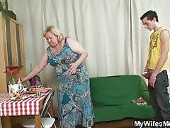 Žena vidi ogroman svekrva vozi njegov penis